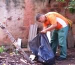 Agentes de Saúde recolhem recipientes que podem acumular água