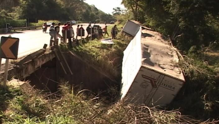 Caminhão tomba em ponte, próximo a cidade de Santa Rita de Minas