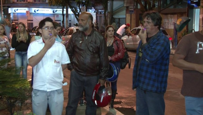 MANIFESTO CONTRA A COPASA PARALISA O TRÂNSITO NO CENTRO DE CARATINGA