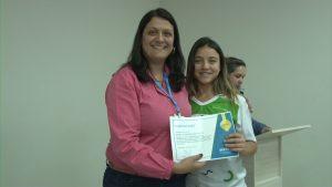 Cibele recebe certificado da Diretora das Faculdades Doctum de Caratinga, Flávia Bastos