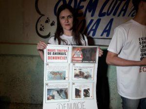 Fernanda exibe um cartaz durante a manifestação